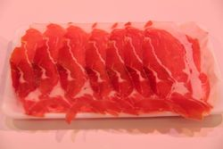 Italiaanse gedroogde ham kleine sneden